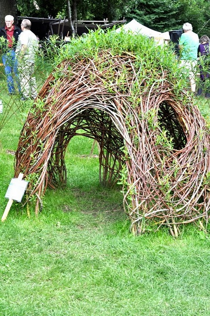 construir gruta jardim:Fort Made Out of Branches and Leaves